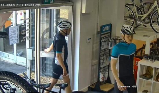 英两名嫌疑犯着骑行服 偷走两辆价值4.2万元自行车