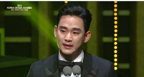 金秀贤连续2年夺演技大赏台上痛哭流涕近2分半