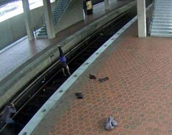 美女子地铁轨道做瑜伽被以非法入侵罪逮捕