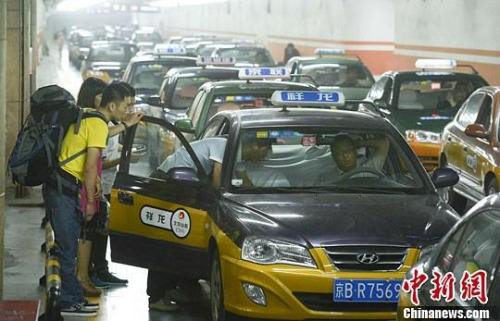 """多地上调出租车运价的哥更期盼降低""""份子钱"""""""