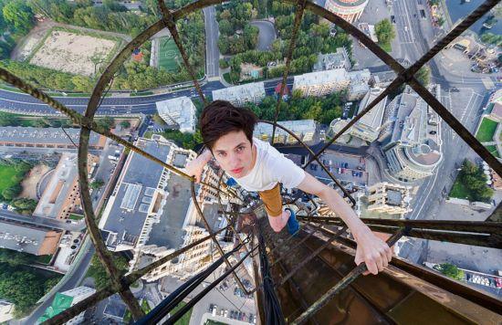 俄罗斯小伙156米高楼边缘惊险拍美景【4】