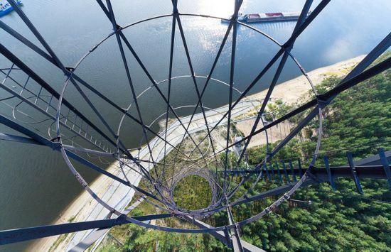 俄罗斯小伙156米高楼边缘惊险拍美景【15】