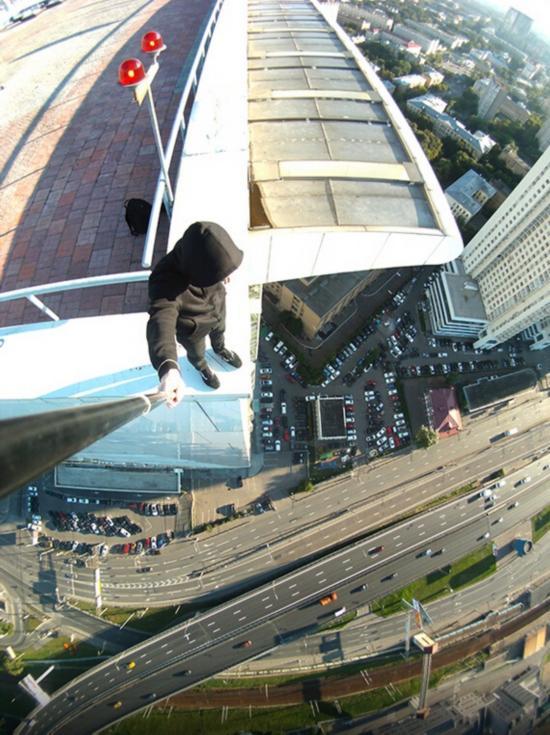 俄罗斯小伙156米高楼边缘惊险拍美景【19】