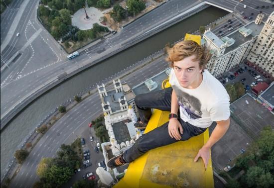 俄罗斯小伙156米高楼边缘惊险拍美景【17】