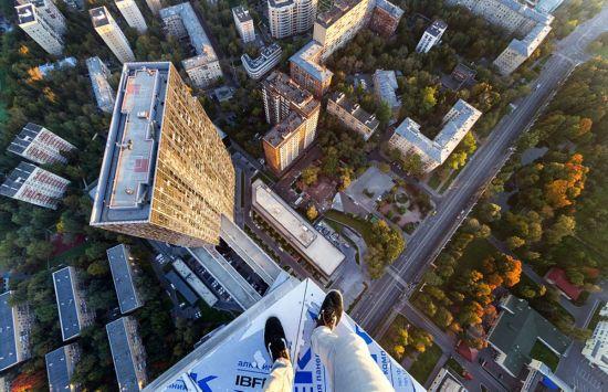 俄罗斯小伙156米高楼边缘惊险拍美景【8】
