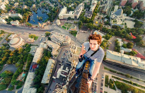 俄罗斯小伙156米高楼边缘惊险拍美景【6】