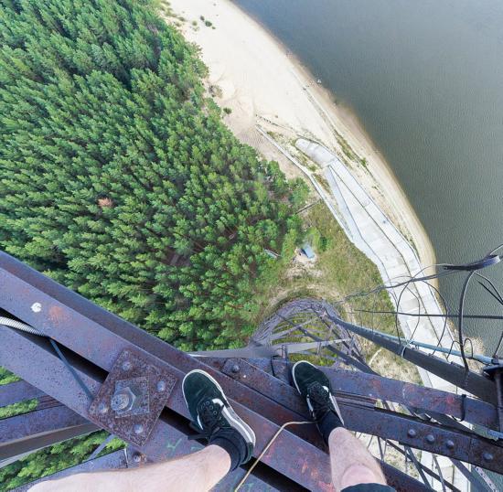 俄罗斯小伙156米高楼边缘惊险拍美景【12】