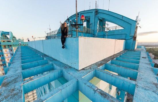 俄罗斯小伙156米高楼边缘惊险拍美景【11】