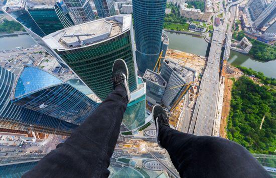 俄罗斯小伙156米高楼边缘惊险拍美景【10】