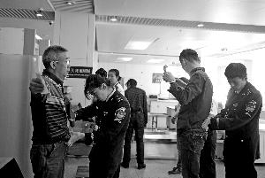 南苑机场安检。首席摄影记者 蔡代征/摄