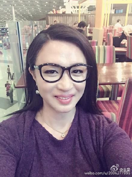 姿态穿卖家蕾丝长裙妖娆戴黑框笑容情趣甜美金星京东秀眼镜图片