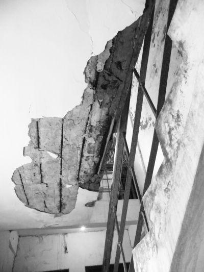 海口南渡江教师村小区住宅楼墙体开裂脱落