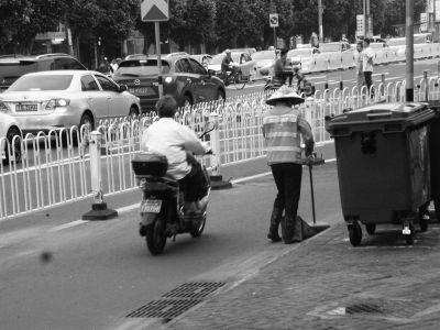 环卫工被撞频发 谁为城市美容师撑起安全伞?