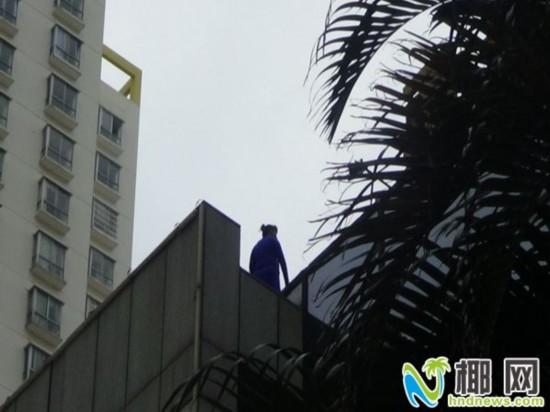 财务纠纷女子欲跳楼 海口消防联合民警劝下
