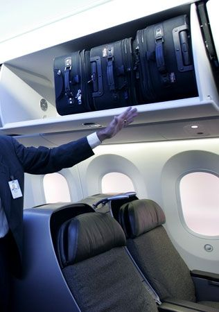 根据相关报道,乘客上飞机后,便将自己的行李不规范地放在行李架里