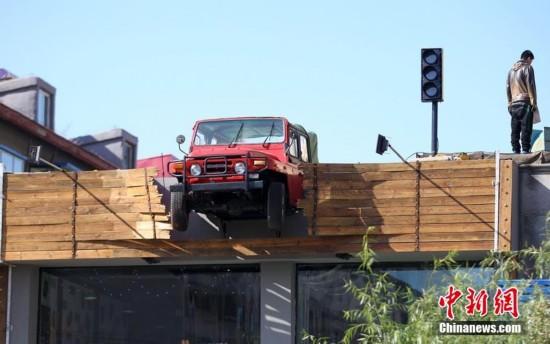 """奇葩餐厅标识:""""开上""""屋顶的吉普车"""