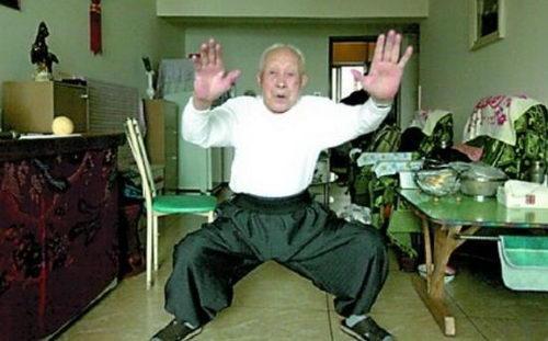 小偷公交車上行竊 被95歲老人一拳打趴(圖)