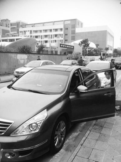 海口:车停路边不到3分钟 窗被砸包被偷