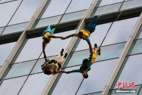 上海街头现空中芭蕾 舞者80米高空展现自由舞步