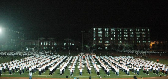 湖北一高校学生深夜做广播体操 场面震撼
