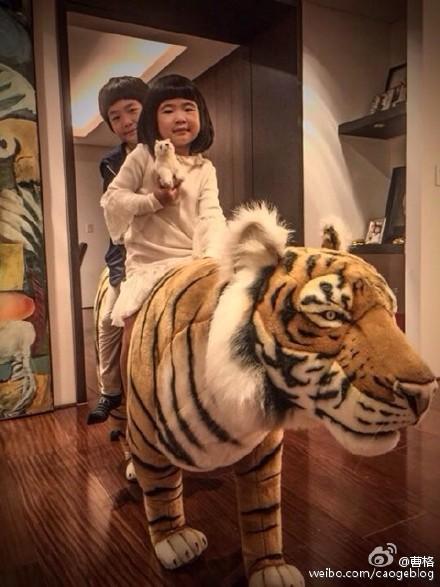"""曹格女儿剪掉长发留波波头与哥哥一起骑""""老虎"""""""