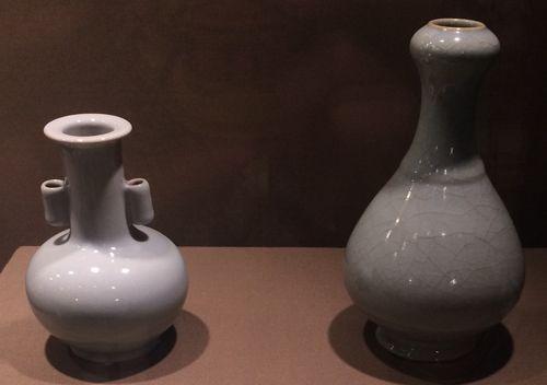 """左一:仿汝釉贯耳盘(""""大清雍正年制""""款);左二:仿汝釉蒜头瓶(""""大清雍正年制""""款)"""