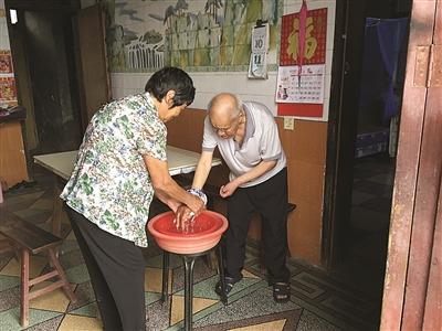 76岁姐姐已照顾脑瘫弟弟48年:他是我的嫁妆(图)