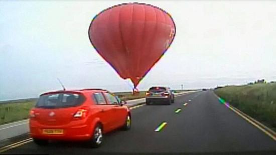 惊人一刻:英热气球飞行高度过低险与汽车相撞