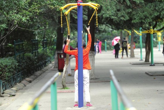 公园健身器材_成都新华公园健身器材损坏致老人多处骨折 责任谁担