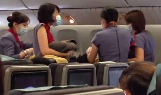 日前华航飞机上一名台湾妇女惊险产女。