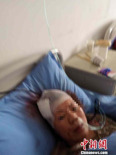 青海一旅游大巴四川境内翻车39人入院治疗(图)