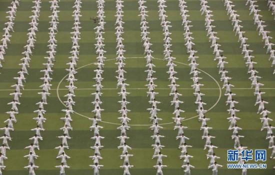 10月18日,在河南省焦作市武陟县黄河交通学院,4000多名学生集中演练太极拳。