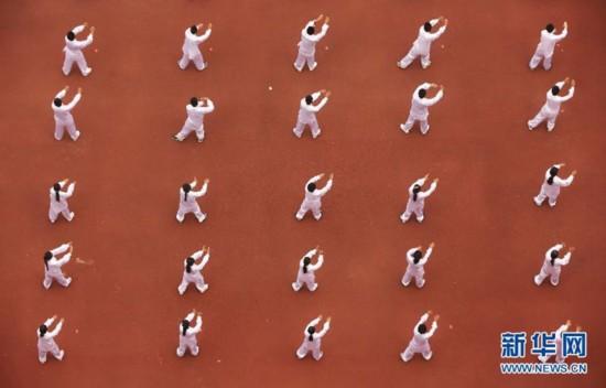 10月18日,在河南省焦作市武陟县黄河交通学院,4000多名学生集中演练太极拳。   新华社发(冯小敏摄)