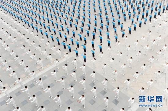 10月18日,在河南省沁阳市,太极拳爱好者在演练太极拳。