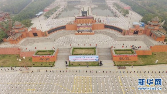 10月18日,在河南省焦作市解放区,太极拳爱好者在集中演练太极拳。