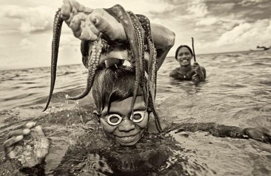 波兰摄影师拍婆罗洲海上部落生活