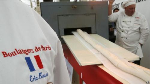 意法面包师联手烤世界最长面包棍长达120米(组图)