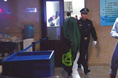 涂某被法警带走。京华时报记者 赵思衡 摄