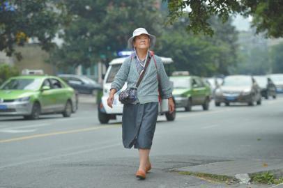 83岁学霸老人拿8个大学毕业证:不上学很难受高中郑迦文图片