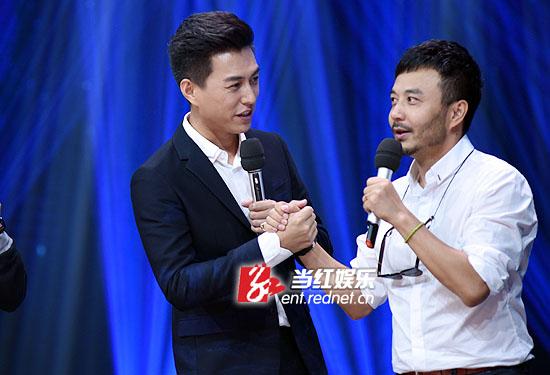 都是怀旧派,靳东与汪涵现场同唱张国荣的作品。