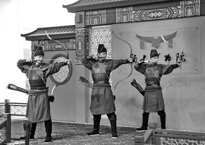 青运会运动员玩投壶观射礼 省博举办中国古代体育文物