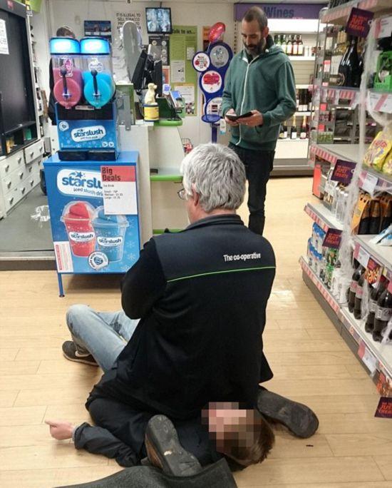 英店员抓到小偷后坐其身上等警察
