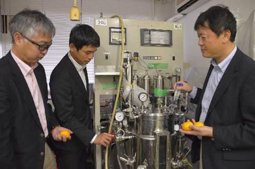 科研人员用橘子提取燃料。