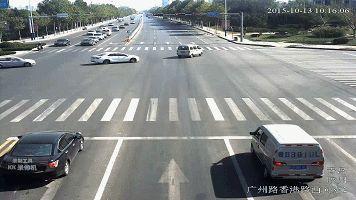 司机为给救护车让路闯红灯 交警取消此次违章