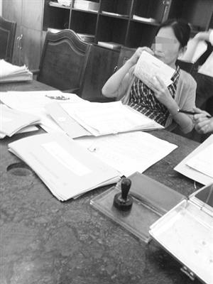 女工作人员办事大厅嗑瓜子。 (市民供图)