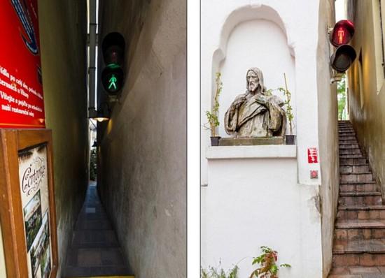 在布拉格有一条名叫Vinarna Certovka的窄窄的小巷子,只有49.8厘米宽。(网页截图)