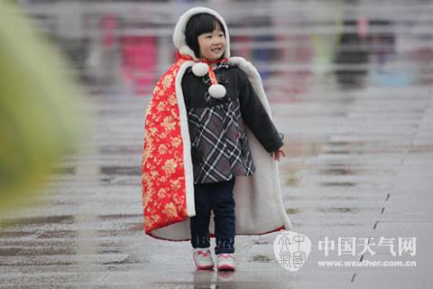 22日早上8点,天安门广场,身披斗篷的小游客。(摄影:关禺)