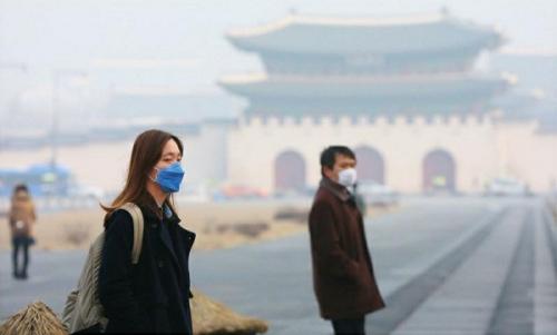 资料图片:最近几天,朝鲜半岛出现了严重的秋季雾霾天气,引发民众抢购口罩和空气净化器。
