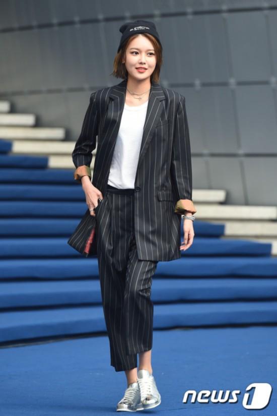 少女时代朴信惠李菲儿首尔时装周比美 秀英男友风装扮个性十足【组图】
