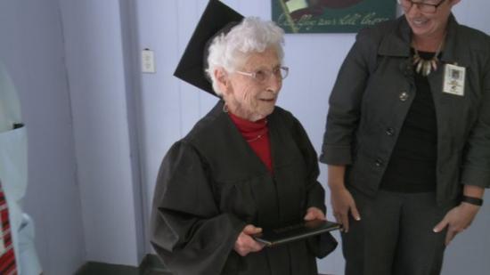 高中时被迫辍学102岁老太太被授荣誉高中学位(图)